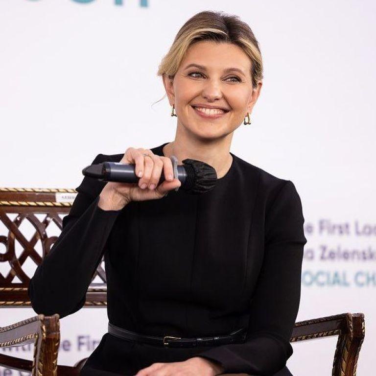 В черной блузке и с улыбкой: Елена Зеленская на деловой встрече