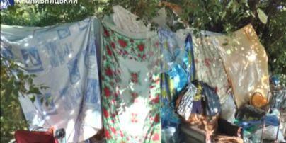 У Кропивницькому безпритульні облаштували наметове містечко біля сміттєвих баків: до притулку йти не хочуть