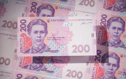 В Бердянске женщина нашла на помойке большой пакет с деньгами: чем все закончилось (фото)