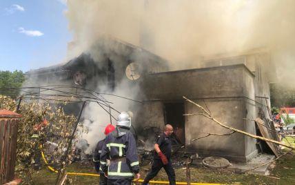 На Прикарпатті легкомоторний літак впав на будинок: з'явилося відео