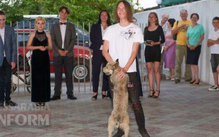 В Одесской области на выпускной пригласили песика, который каждый день провожал своего хозяина в школу