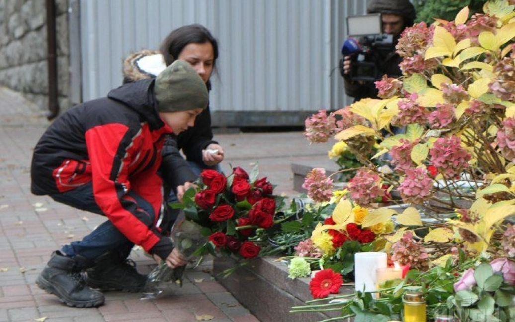 Люди несут цветы и свечи / © УНИАН