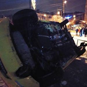 На Донеччині п'яний водій зніс світлофор і перекинувся, тікаючи від поліцейської гонитви