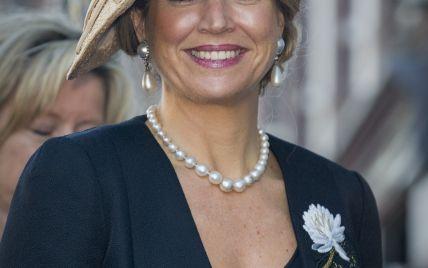В экстравагантной шляпе и жемчужном ожерелье: королева Максима на деловой встрече