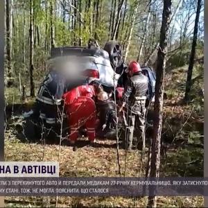В Сумской области 27-летнюю женщину зажало в перевернутой машине в лесополосе: ее спас случайный прохожий