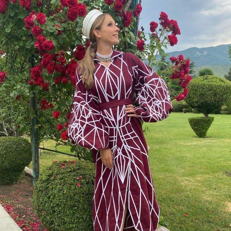 У сукні кольору марсала і коралових босоніжках: Катя Осадча полетіла до Грузії