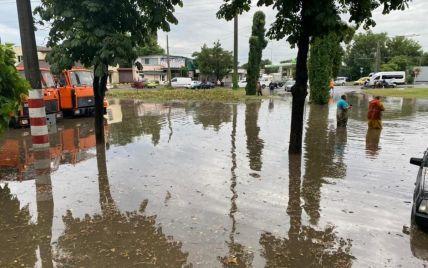 Лікарі розповіли про стан чоловіка, якого носило потоком води під час злив в Одесі