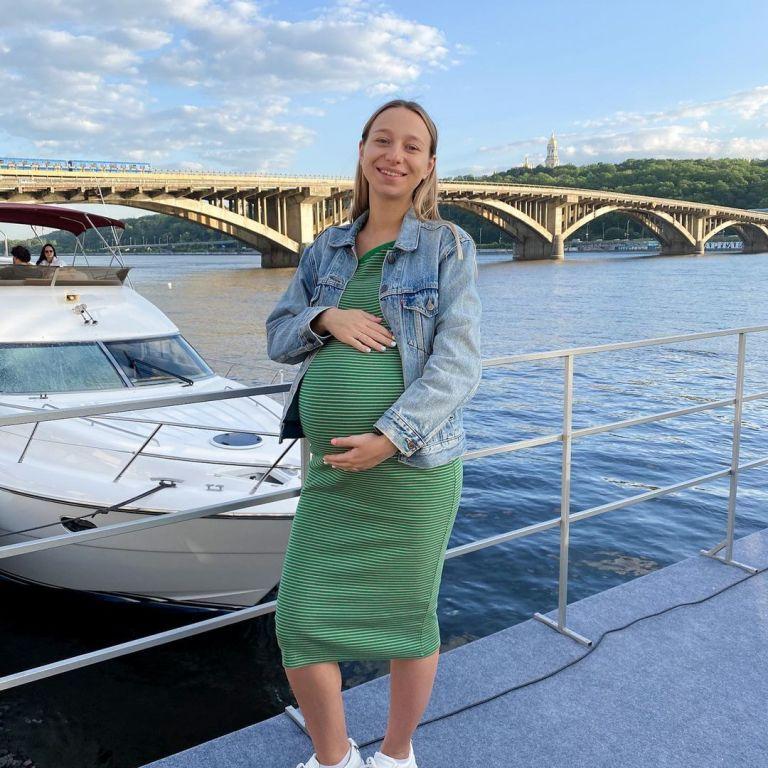 Жена Виктора Павлика показала обнаженный живот на последних днях беременности