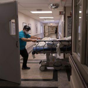 Після щеплення проти COVID-19 американка залишилася без ніг та готується до ампутації рук