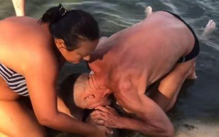 Стався інсульт під час купання: на пляжі у Смілі чоловік реанімував жінку, яка перебувала у стані клінічної смерті (відео)