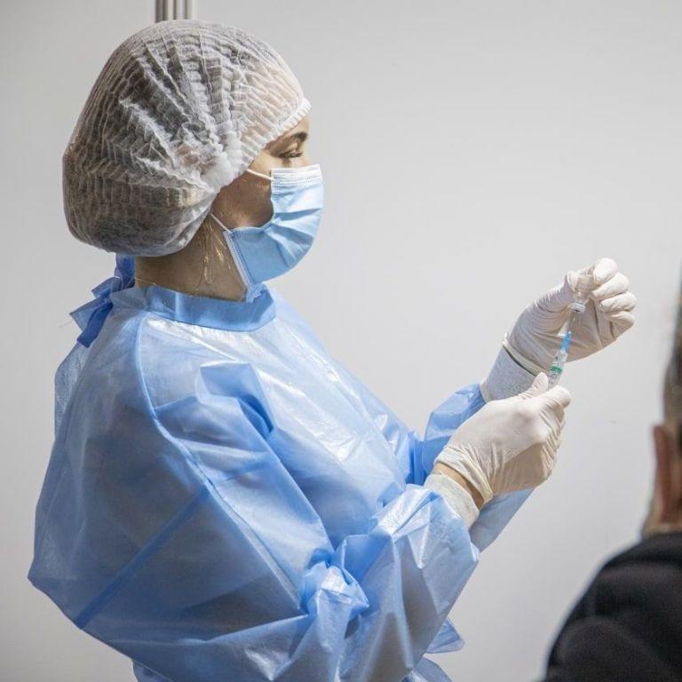 В Україні за вихідні від коронавірусу щепили рекордну кількість людей: кого приймали та що кололи