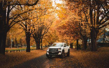 Як безпечно та правильно їздити на автомобілі восени: поради водіям