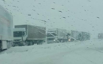 Фуры заблокировали дороги на заснеженной Тернопольщине