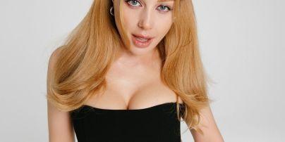 В цветочном платье с рюшами и высоким разрезом: Тина Кароль в сексуальном аутфите сходила на концерт
