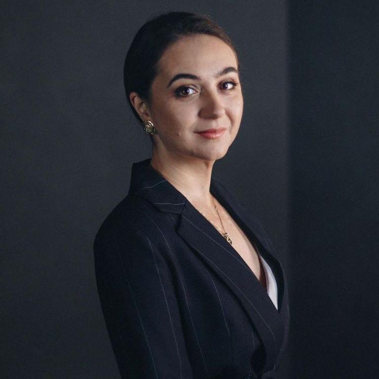 У смугастому костюмі і на шпильках: прессекретарка Зеленського похизувалася татуюванням