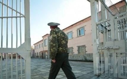 На Житомирщине тюремщики продавали заключенным наркотики и приводили проституток