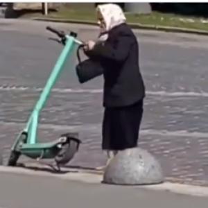 Не удалось покататься: в центре Львова бабушка громила электросамокаты