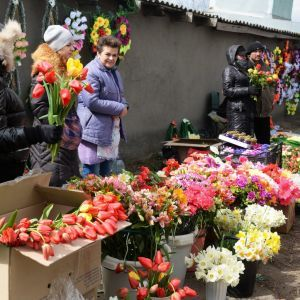 Поминальные дни в Украине: почему не стоит нести на кладбище искусственные цветы и чем их заменить