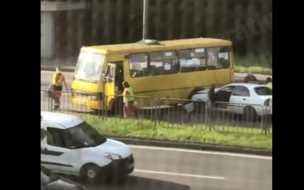 В Киеве пассажирский бус не разминулся с легковушкой: есть пострадавшие (видео)