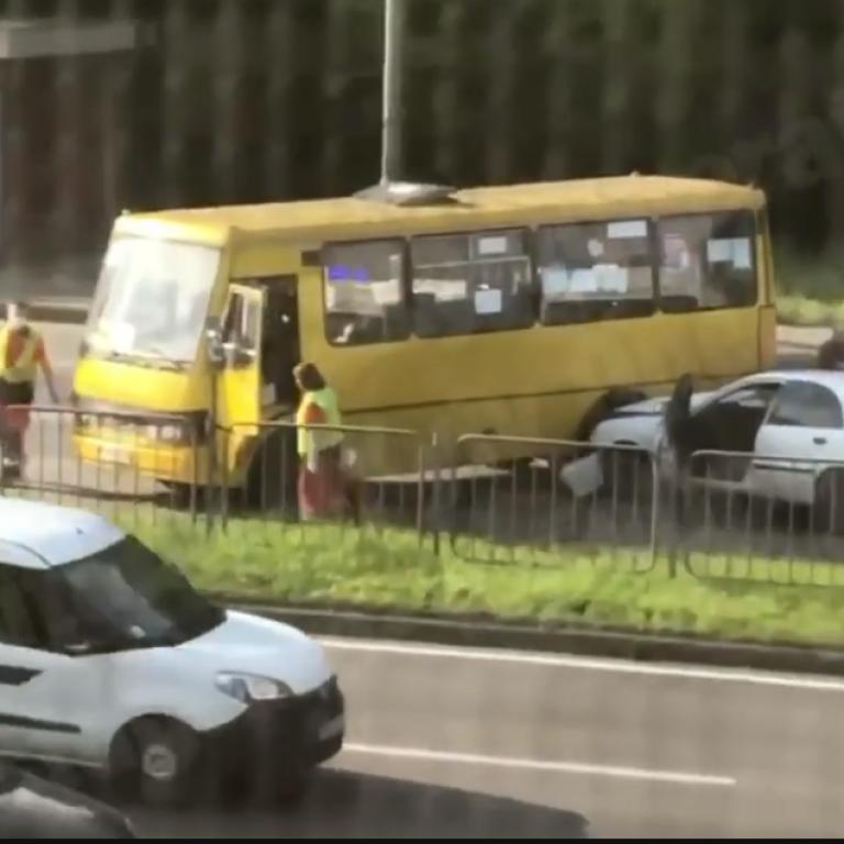 У Києві пасажирський бус не розминувся з легковиком: є постраждалі (відео)