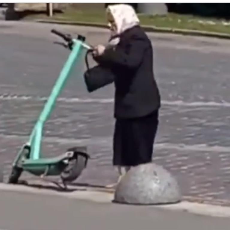 Не вдалось покататись: у центрі Львова бабуся трощила електросамокати