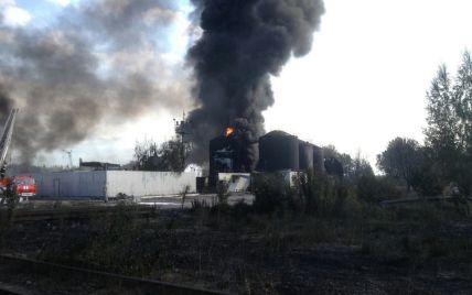 В ГСЧС уточнили количество горящих емкостей на нефтебазе под Васильковом