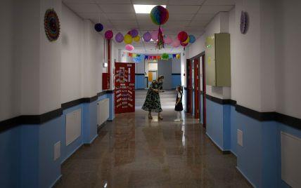 """""""Фонить"""": у Одесі мати школяра поскаржилася, що в сина болить голова, коли він наближається до вакцинованої вчительки"""