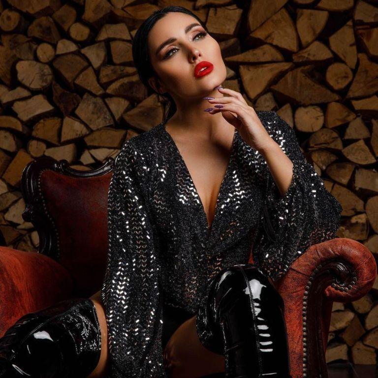 В блузке с пикантным декольте и лакированных ботфортах: сексуальная Анна Добрыднева в фотосете