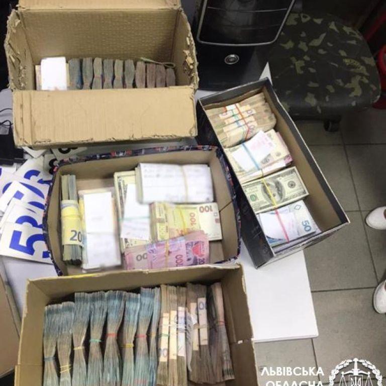 Знайшли ящики із грошима: у Львові викрили податківця, який отримував відкати за продаж алкоголю і тютюну
