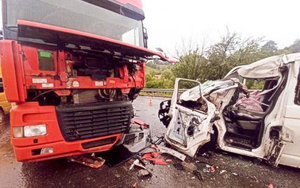 На Прикарпатті у моторошній ДТП зіткнулись вантажівка і мікроавтобус: постраждали 6 дітей і 2 дорослих