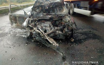 На трасі Одеса-Київ іномарка влетіла у вантажівку та спалахнула: водій не вижив(фото)