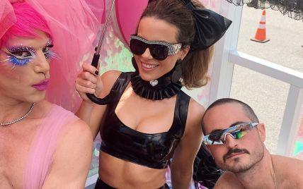 45-летняя Кейт Бекинсейл в латексе посетила ЛГБТ-парад
