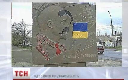 Декоммунизация в Николаеве: активисты повалили барельеф Ленину