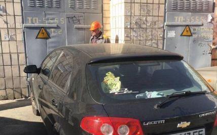 Припаркувала авто так, що 16 будинків залишилися без світла: у Києві шукали водійку іномарки