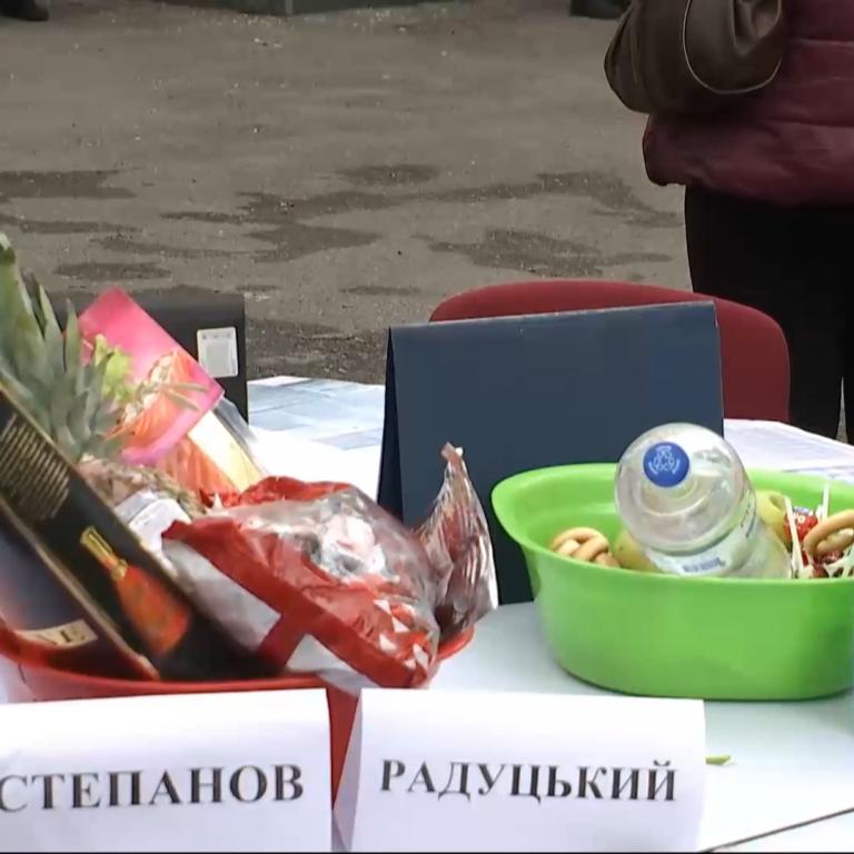 Медсестры в свой праздник пришли с пикетом в Минздрав и принесли миски с едой для министра