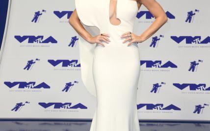 В белоснежном платье со смелым декольте: изящная Кэти Перри в привлекательном образе на MTV-2017