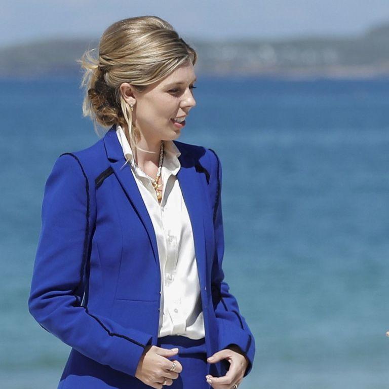 У костюмі кольору індиго і з елегантною зачіскою: дружина прем'єр-міністра Великої Британії на пляжі