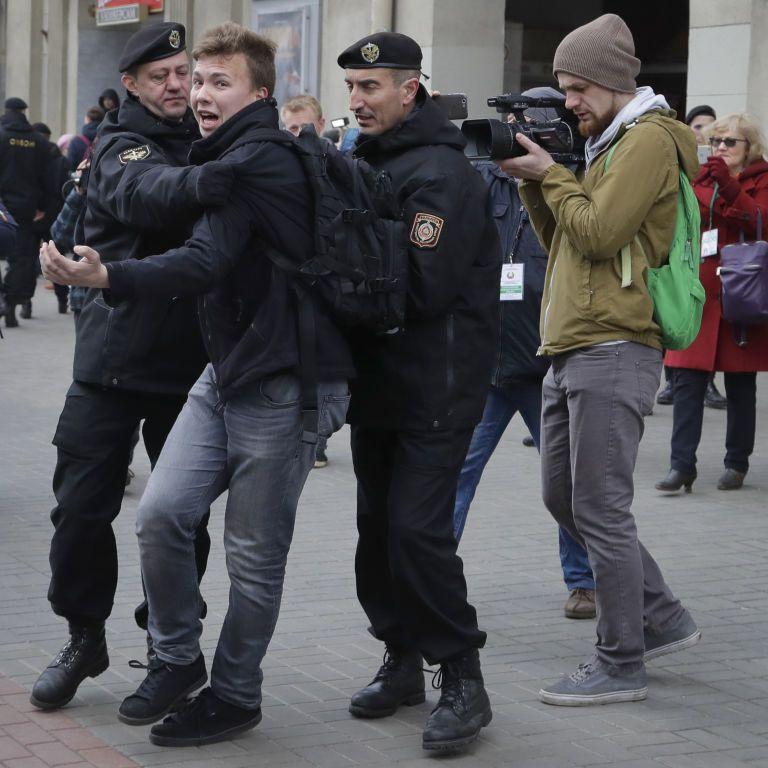 У Білорусі затримали Протасевича: як світ реагує на посадку літака і арешт опозиційного журналіста