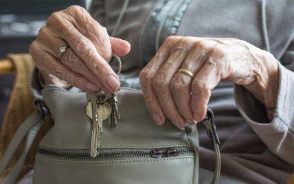 Забирав гроші і не випускав з квартири: у Києві онук утримував у заручниках бабусю і знущався з неї