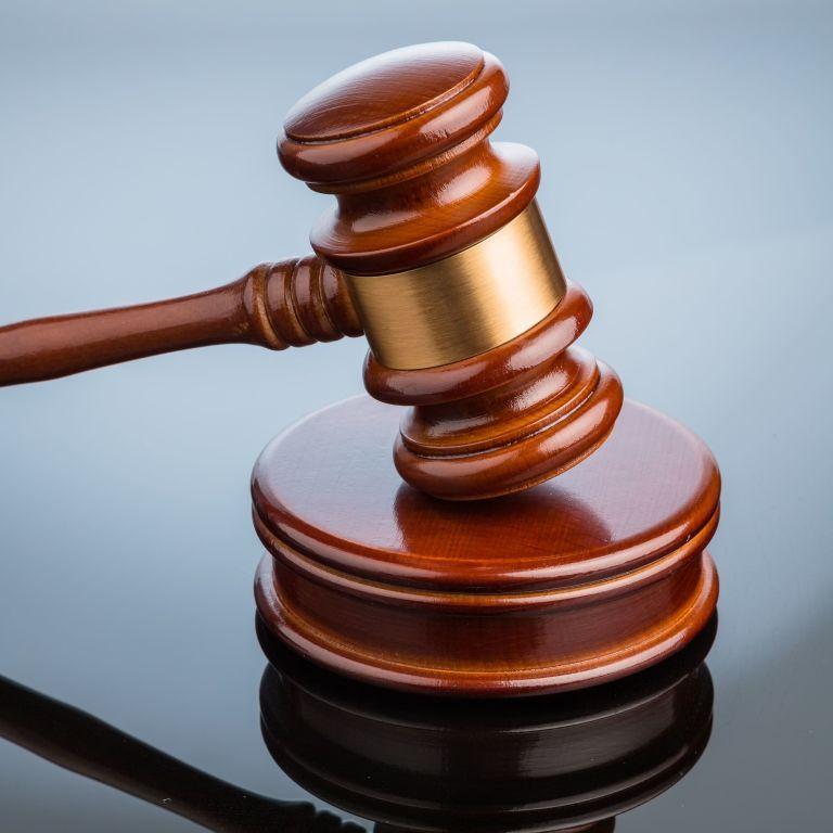 Мужчина пытался перерезать себе горло перед судом в Мукачево: подсудимый таки травмировал себя