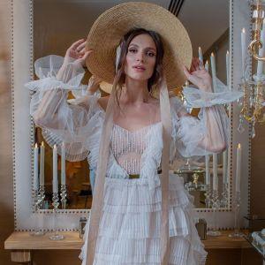 """У капелюсі і білій сукні-плісе: фіналістка шоу """"Холостяк"""" у романтичному образі знялася у фотосесії"""