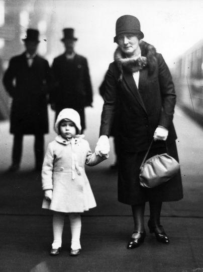 Принцесса Елизавета на платформе вокзала Кингс-Кросс собирается отправиться со своими королевскими бабушкой и дедушкой на рождественские каникулы в Сандрингем, 1929 год / © Getty Images