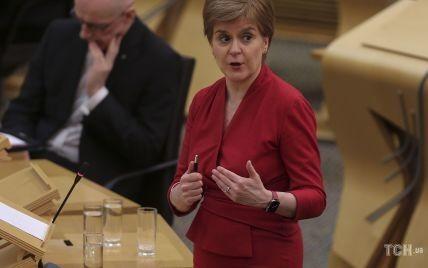 Обожает красный: первый министр Шотландии в обтягивающем наряде выступила в парламенте