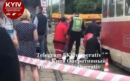 У Києві дівчина послизнулася і впала просто під трамвай: з'явилося жахливе відео