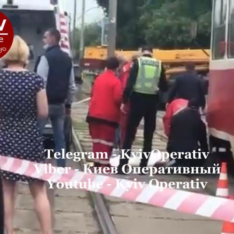 В Киеве девушка поскользнулась и упала прямо под трамвай: появилось ужасное видео