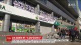 """В Киеве нанятые """"Сбербанком"""" мужчины разблокировали центральный офис учреждения"""