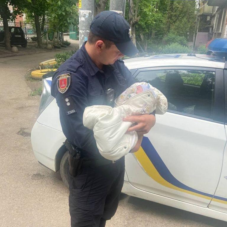 В Одессе пьяная женщина с младенцем на руках возмутила очевидцев: падала и ругалась на прохожих