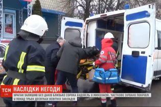 Наслідки буревію: у Кропивницькому готують до операції жінку, на яку впало дерево