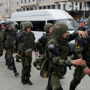 У Москві проти двох мітингувальників завели кримінальні справи за напад на поліцейського
