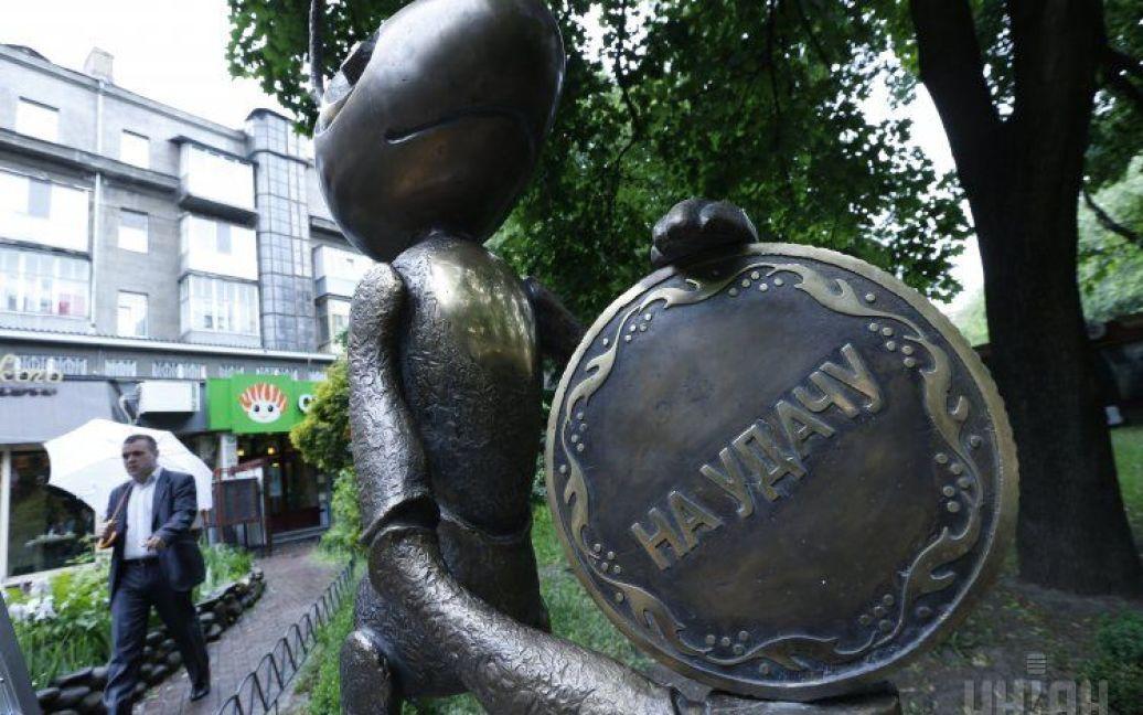 Скульптура закреплена надежно и никто не сможет ее повредить. / © УНИАН